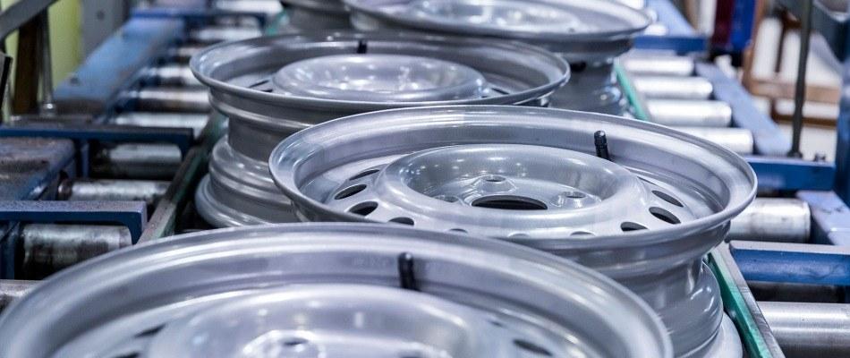 Trailerfelgen auf moderner Montagelinie für Kompletträder Otto Just
